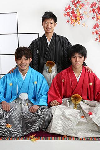 成人式・男性袴・赤・水色・黒縞・お友達と撮影
