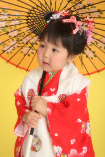七五三・3歳・赤着物×白被布・傘