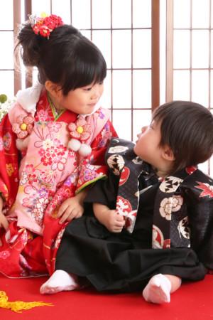 七五三・3歳・着物&被布・赤×ピンク・花柄・ご姉弟写真