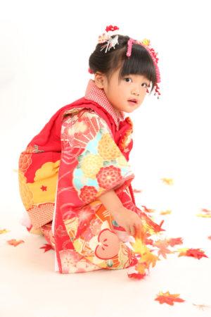 七五三・3歳・被布と着物・朱赤×古典柄・日本髪