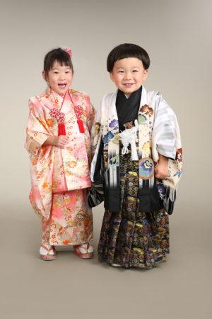 七五三・3歳・ご兄妹・ピンク×古典柄・白×黒×矢羽