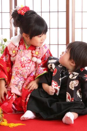 江戸川区・29年七五三・3歳・着物&被布・赤×ピンク・花柄・ご姉弟写真